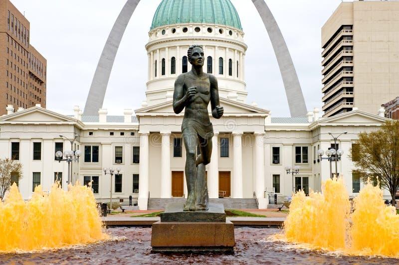 Estatua del corredor en St. Louis foto de archivo