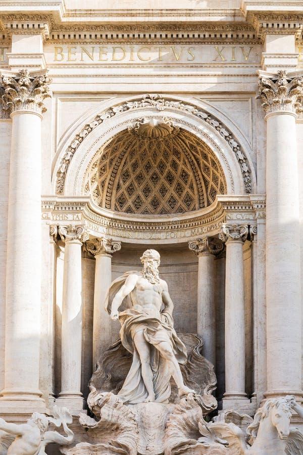 Estatua del detalle de la situación debajo de un arco triunfal, fuente Fontana di Trevi de Oceanus del Trevi en Roma, Italia imagenes de archivo