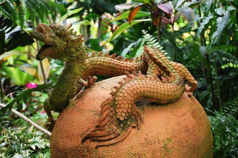 Estatua del dragón en el jardín imagenes de archivo