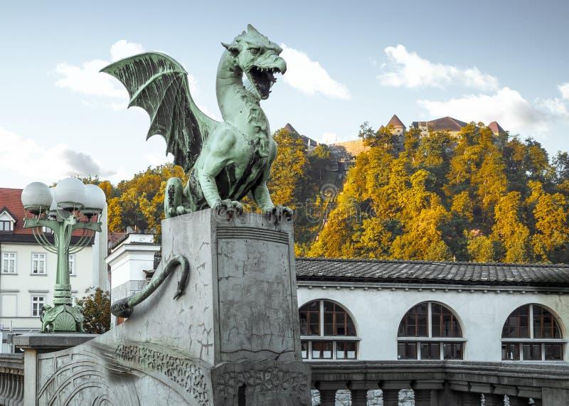 Estatua del dragón en la ciudad vieja de Ljubljana imagenes de archivo