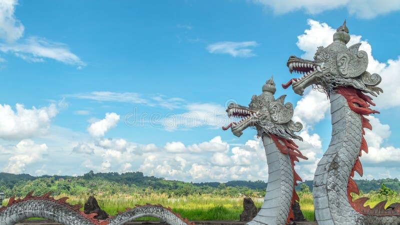 Estatua del dragón gemelo con el cielo hermoso como el fondo en Pulau Kumala, Indonesia fotos de archivo libres de regalías