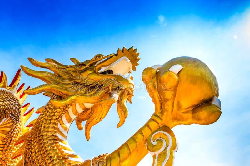 Estatua del dragón del oro en templo asiático foto de archivo libre de regalías