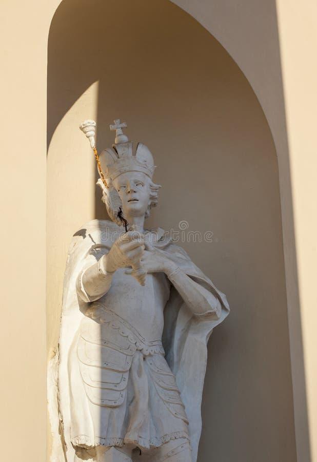 Estatua del duque lituano en la pared de la catedral de Vilna imagenes de archivo