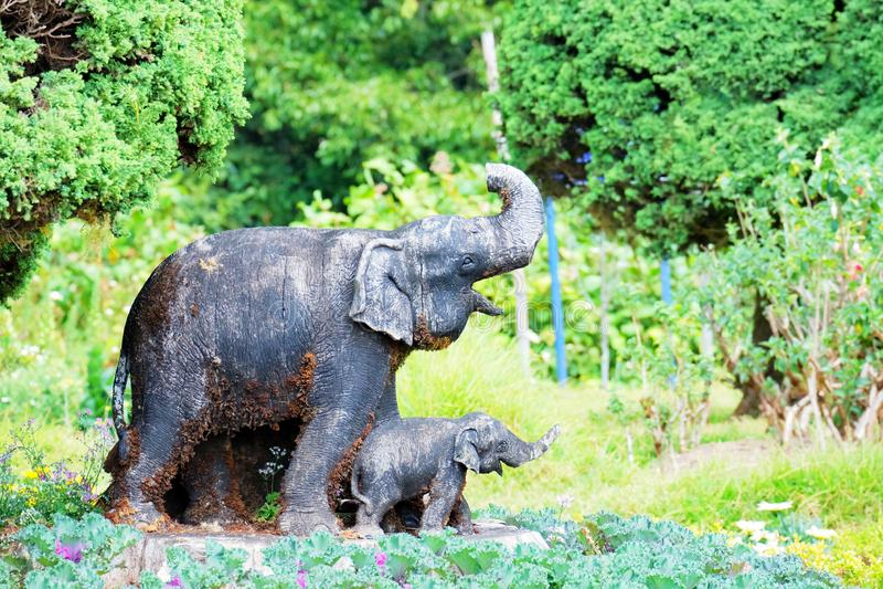 Estatua del elefante del mortero en el jardín, arte de Tailandia fotografía de archivo