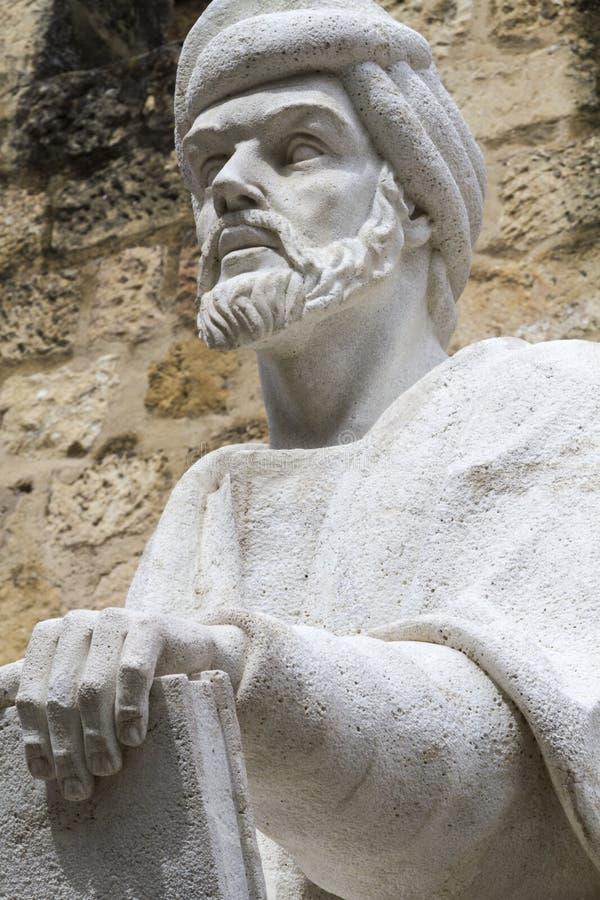 Estatua del filósofo Averroes en Córdoba foto de archivo