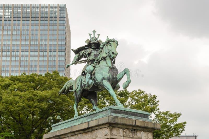 Estatua del gran samurai Kusunoki Masashige, samurai japonés famoso en el jardín del este fuera del palacio imperial de Tokio, Ja fotografía de archivo