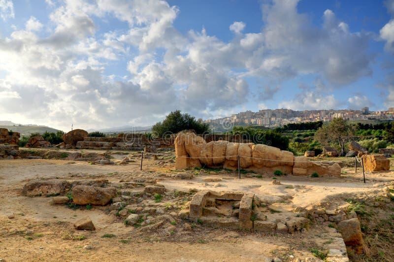 Estatua del griego clásico caida en Sicilia fotografía de archivo libre de regalías