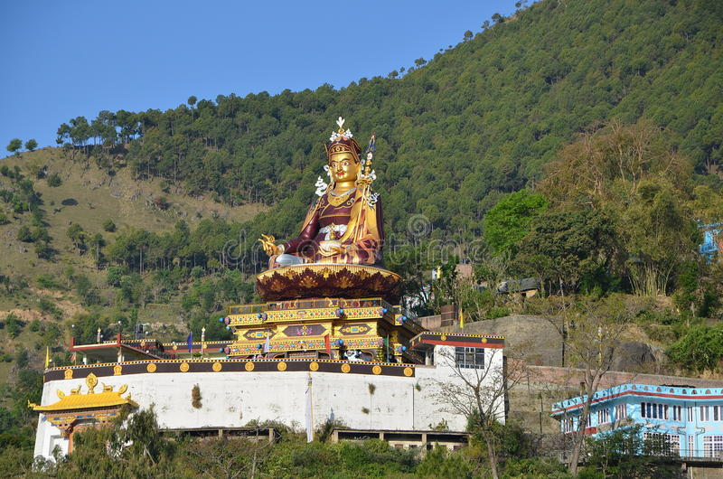 Estatua del gurú Padmasambhava en Rewalsar imagen de archivo