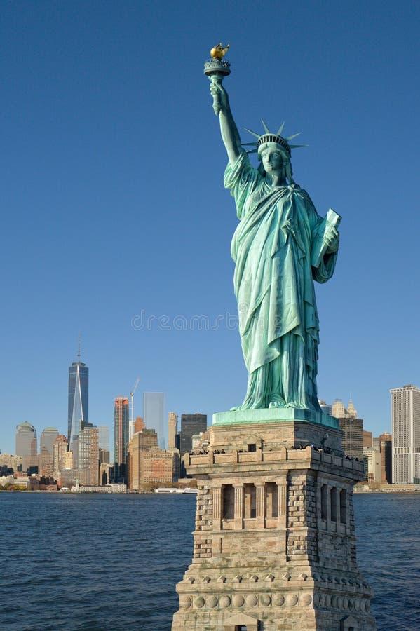 Estatua del horizonte de la libertad y de Manhattah imágenes de archivo libres de regalías