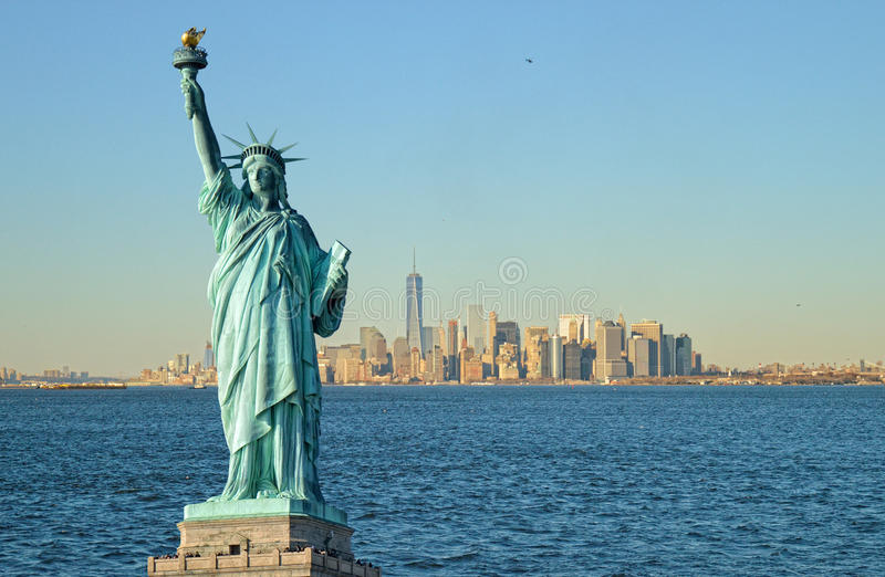 Estatua del horizonte de la libertad y de Manhattah fotos de archivo