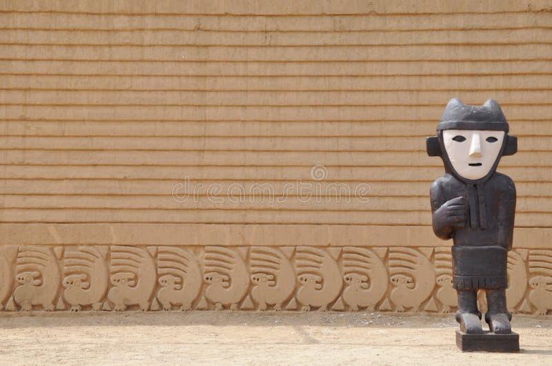 Estatua del inca en las ruinas de Chan Chan en Perú imagenes de archivo