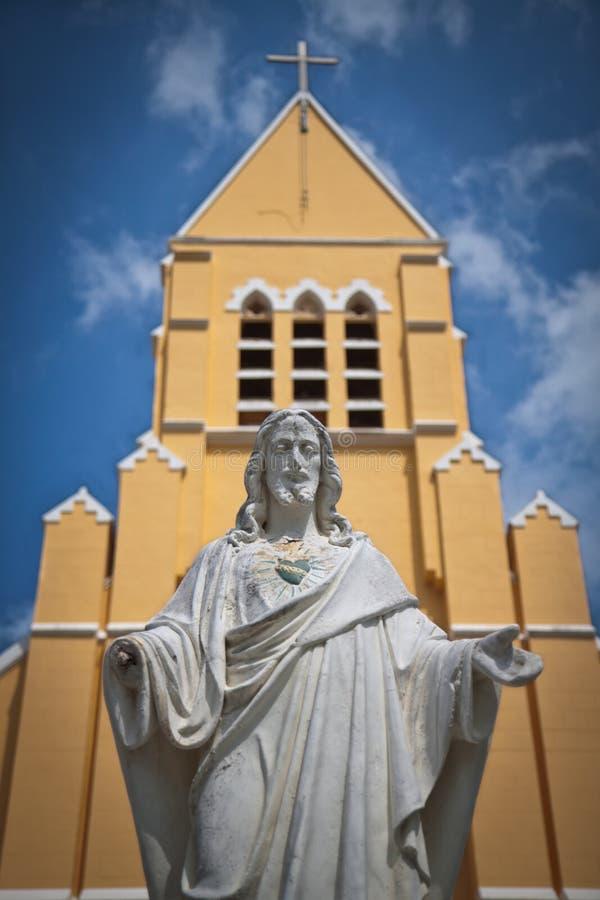 Estatua del Jesucristo y de la iglesia imágenes de archivo libres de regalías
