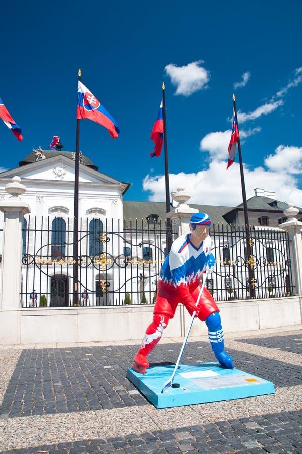 Estatua del jugador de hockey en Bratislava, Eslovaquia imagen de archivo libre de regalías