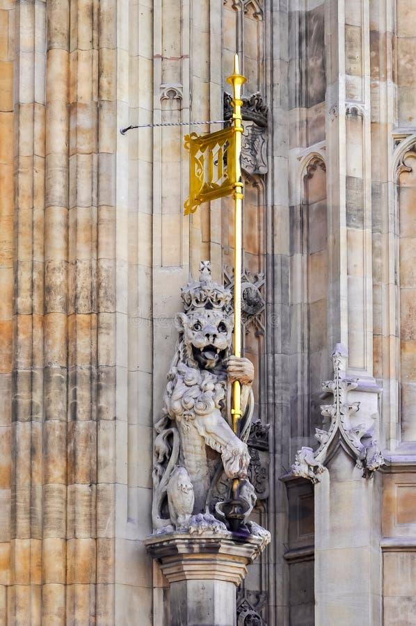 Estatua del león con la bandera en la fachada del palacio de Westminster, Londres, Reino Unido fotos de archivo libres de regalías