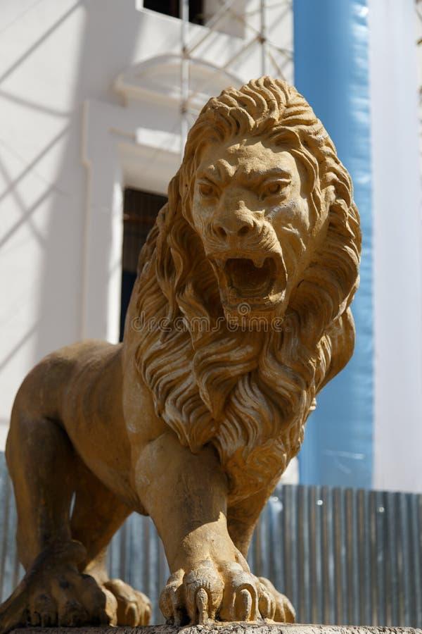 Estatua del león de la catedral de León imagenes de archivo