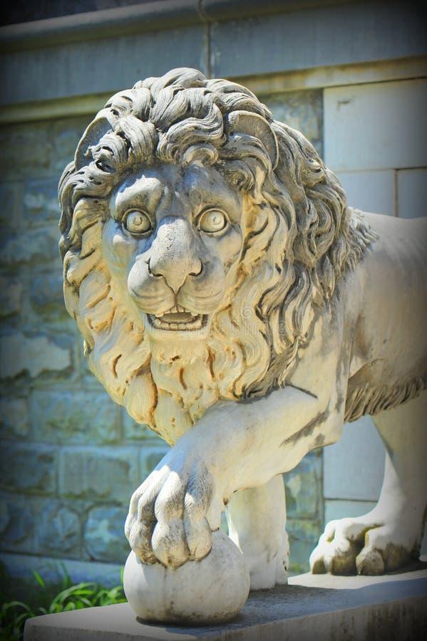 Estatua del león (detalles del castillo de Peles) imagenes de archivo