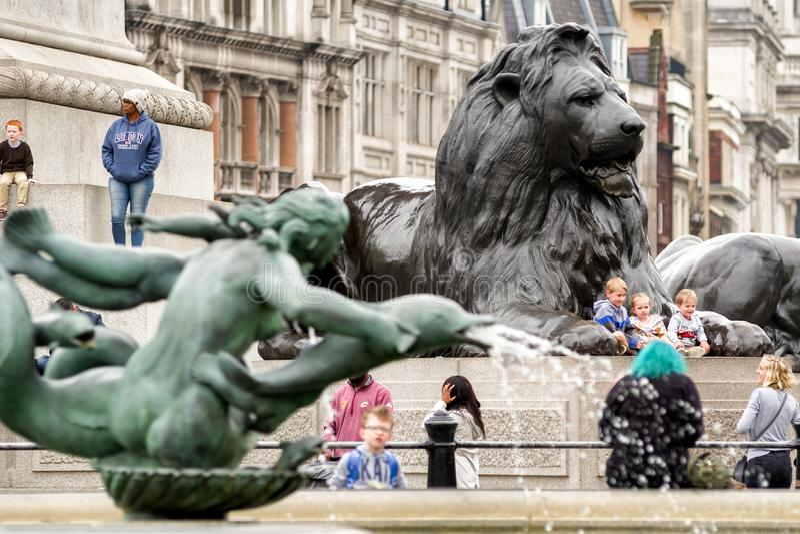 Estatua del león en el cuadrado de Trafalgar, Londres imágenes de archivo libres de regalías