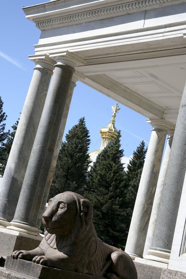 Estatua del león en Peterhof fotografía de archivo