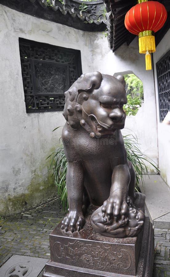 Estatua del león del patio de la casa del jardín famoso de Yu en el centro de la ciudad de Shangai foto de archivo libre de regalías