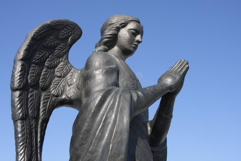Estatua del metal de un ángel imagen de archivo