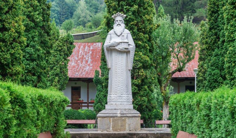 Estatua del monumento del fundador del monasterio Bistrita, el Voivode de Moldavia imagenes de archivo
