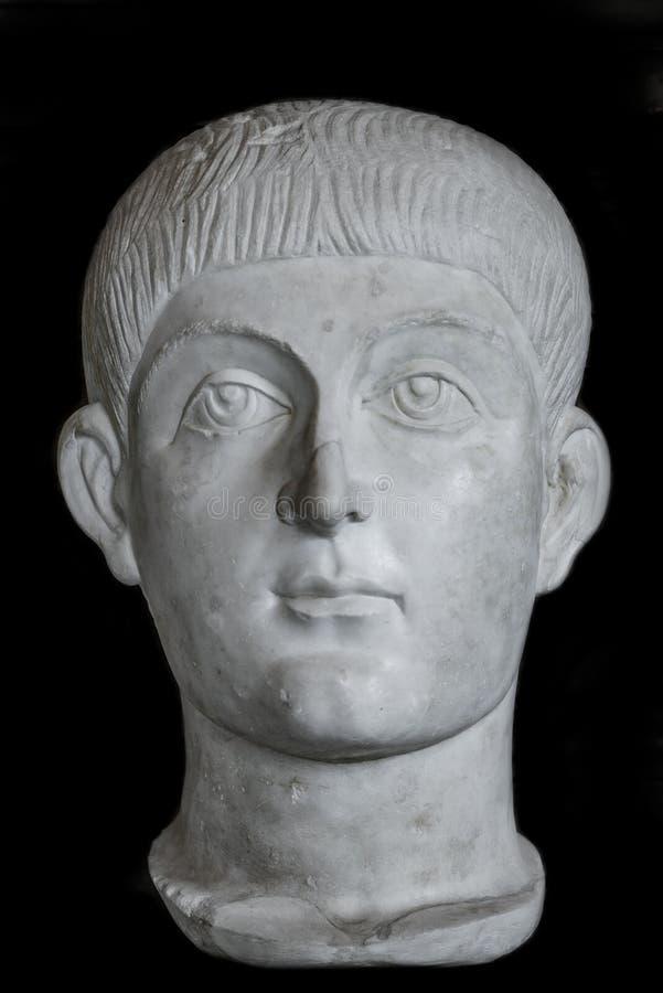 Estatua del muchacho joven de Roman Noble en el fondo negro, Roma, Italia fotos de archivo