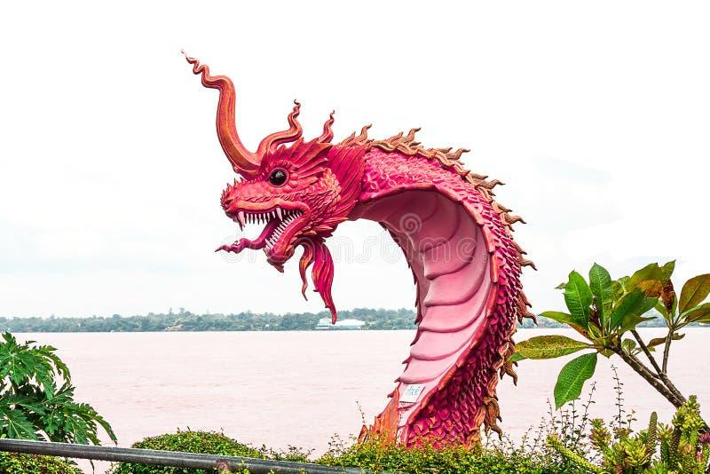 estatua del naga en el lado del río en parque público foto de archivo
