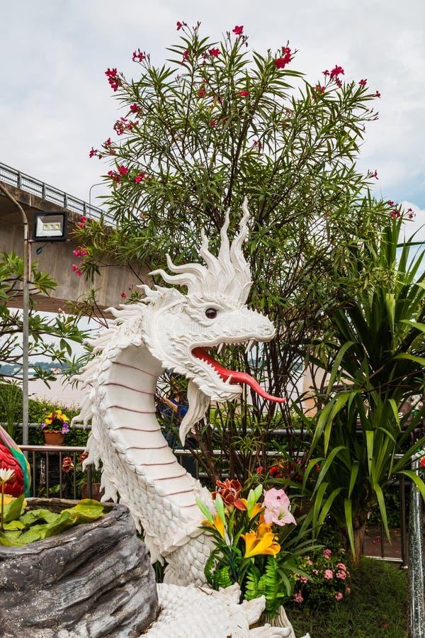 estatua del naga en el lado del río en parque público entre Tailandia fotografía de archivo libre de regalías