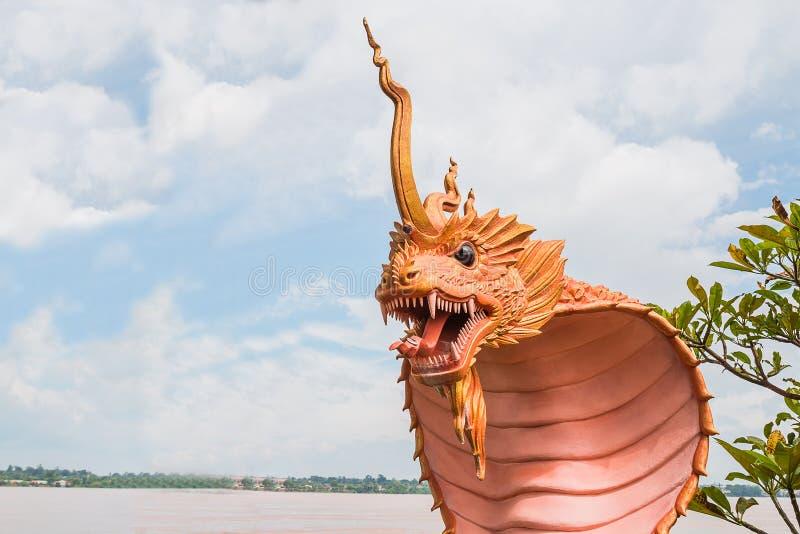 estatua del naga en el lado del río en parque público entre Tailandia y el la fotografía de archivo