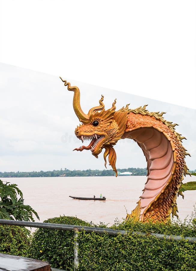 estatua del naga en el lado del río en parque público entre Tailandia y el la foto de archivo