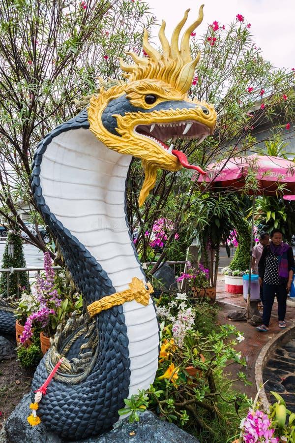 estatua del naga en el lado del río en parque público entre Tailandia y el la imagen de archivo libre de regalías