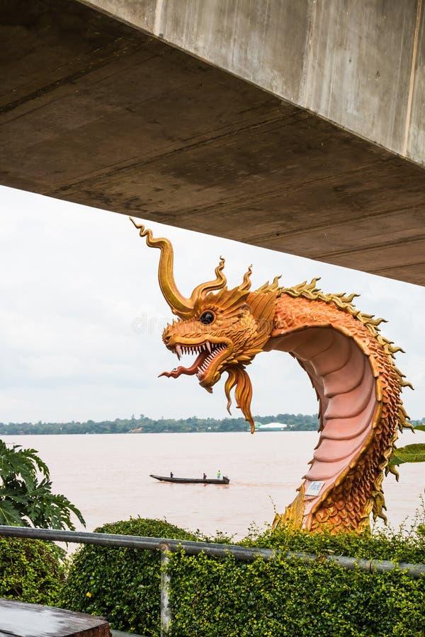 estatua del naga en el lado del río en parque público entre Tailandia y el la imagenes de archivo