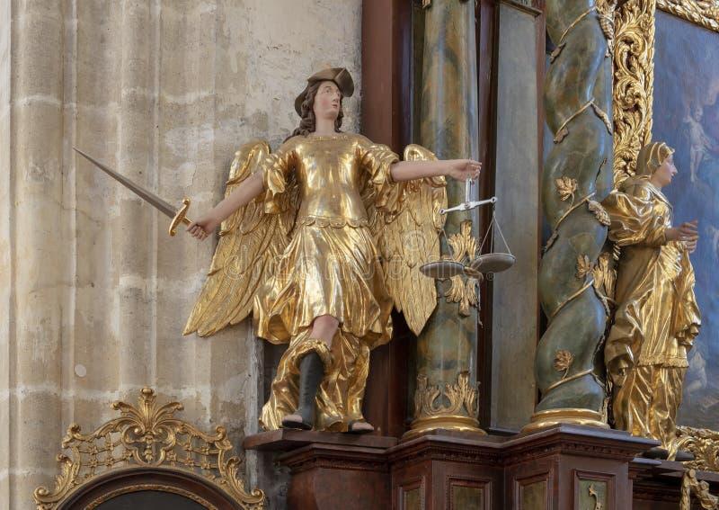 Estatua del oro de señora Justice, iglesia interior de Piarist, Krems en el Danubio, Austria fotos de archivo