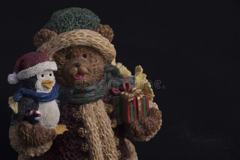 Estatua del oso y del pingüino de peluche fotos de archivo libres de regalías