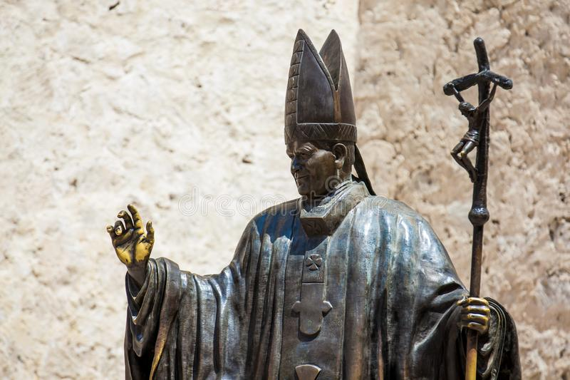 Estatua del papa Juan Pablo II situado al lado del santo Catherine de la catedral de Alexandría en Cartagena de Indias imagenes de archivo