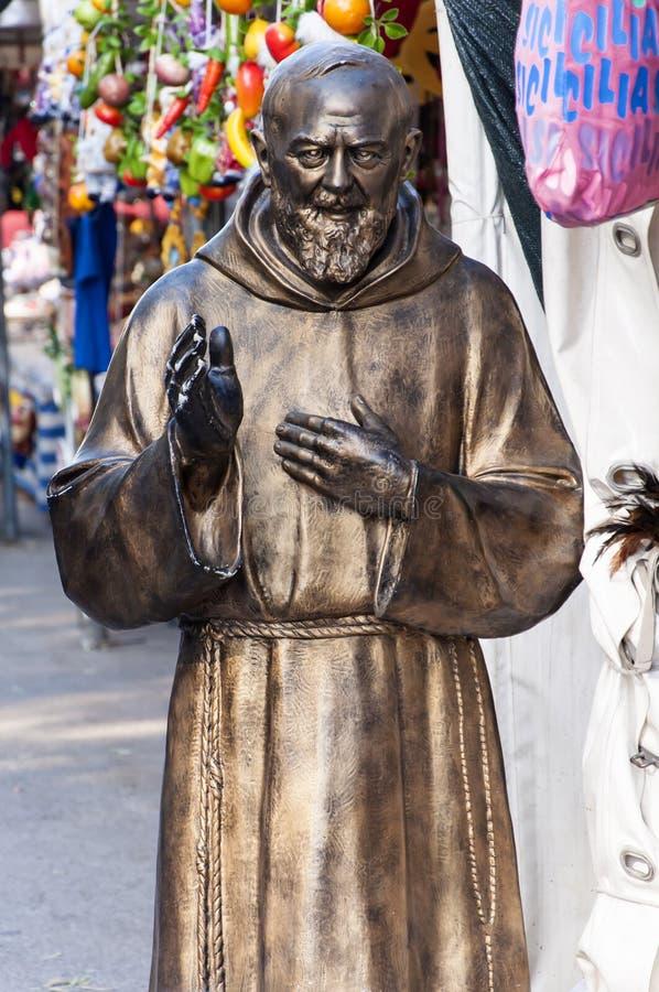 Estatua del Pio del capellán foto de archivo