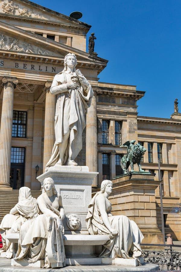 Estatua del poeta de Schiller delante del Konzerthaus berlín fotografía de archivo
