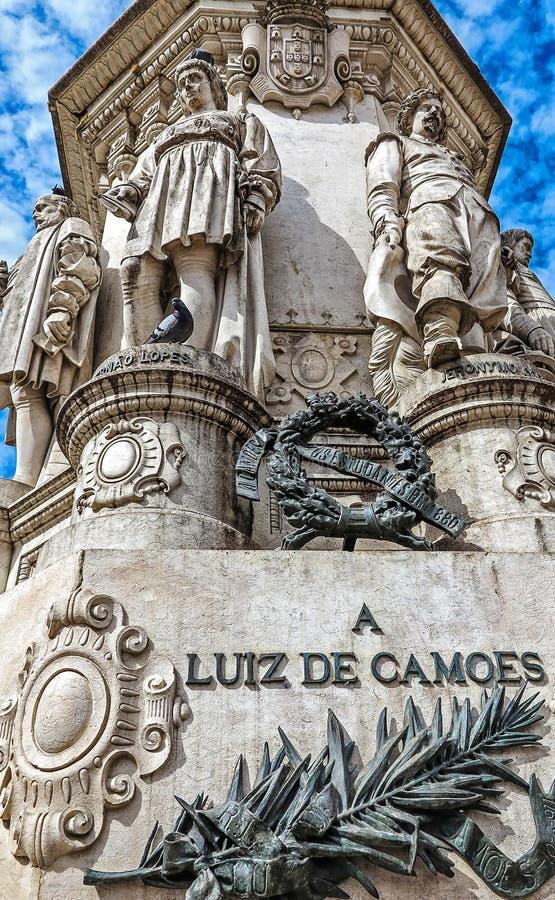 Estatua del poeta portugués LuÃs de Camões en el cuadrado de Camoes en Lisboa, Portugal imagen de archivo libre de regalías
