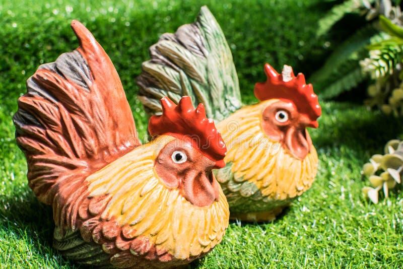 Estatua del pollo en el césped foto de archivo
