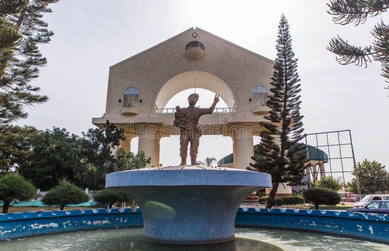 Estatua del presidente Gambia y arco triunfal foto de archivo