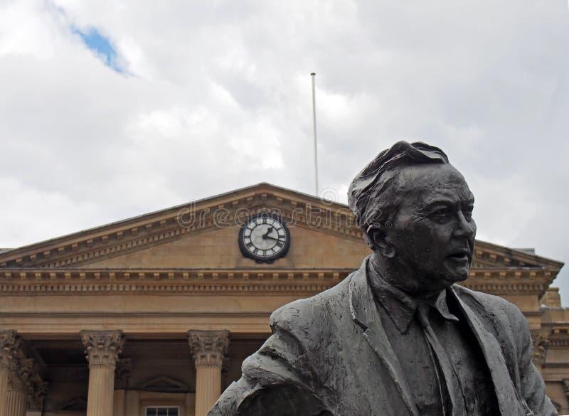 Estatua del primer ministro y del fundador anteriores de la universidad abierta, Harold Wilson Pol?tico de trabajo, fuera del fer imágenes de archivo libres de regalías