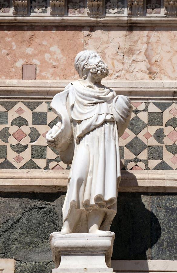 Estatua del profeta, porta en el flanco de Florence Cathedral imagenes de archivo