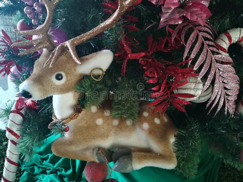 estatua del reno en árbol de navidad fotografía de archivo