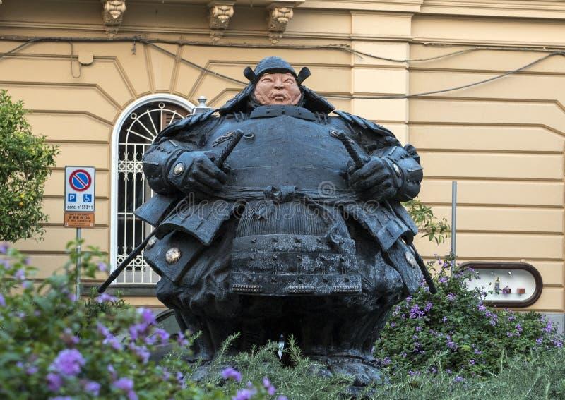 Estatua del samurai del guarda de Matteo Pugliese, ` Antonino Square, Sorrento de Sant imagenes de archivo