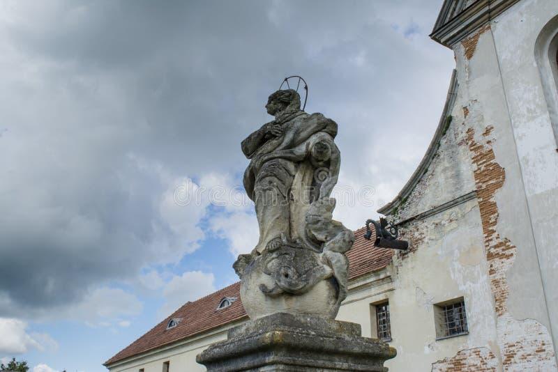 Estatua del santo en la iglesia de los capuchones cerca del castillo de Olesko foto de archivo