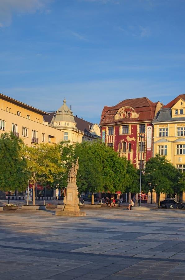 Estatua del santo Florian Szech: Socha SV Floriana en el cuadrado de Masaryk en Ostrava durante puesta del sol del verano imagen de archivo libre de regalías