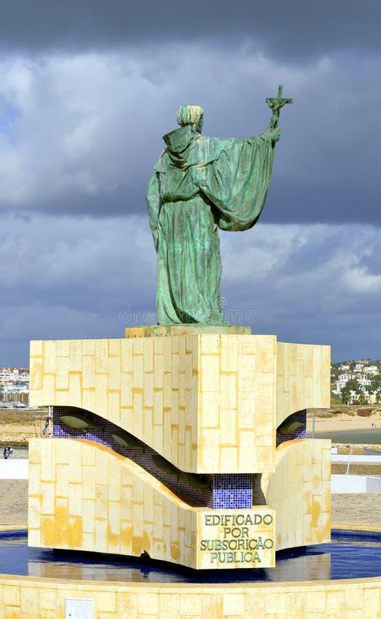 Estatua del santo patrón portugués de los pescadores S Goncalo de Lagos fotos de archivo