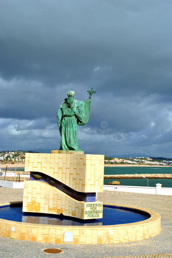 Estatua del santo patrón portugués de pescadores en el Algarve fotografía de archivo libre de regalías