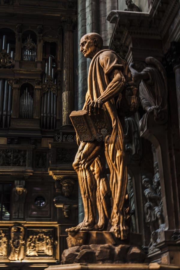 Estatua del scorticato de Bartolomé del santo en la catedral Italia del ` s de Milán foto de archivo libre de regalías