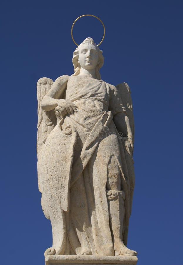 Estatua del St Raphael Archangel en Córdoba, España fotografía de archivo